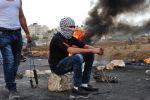 هارتس: الشبان الفلسطينيين المسلحين بالحجر والكوفية اقوى وأجرأ من الجنود الاسرائيليين