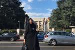 تدعو للحجاب في بلدها لكنها خلعته وشربت 'الجعة'.. شاهد فيديو وصوراً مسربة لمذيعة إيرانية شهيرة أثناء سياحتها بسويسرا