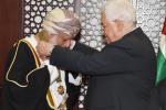"""""""شاهد"""" الرئيس الفلسطيني يمنح وزير الخارجية العماني وسام نجمة القدس الكبرى"""