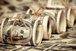 فاعل خير مجهول ينثر الدولارات في الشوارع
