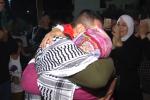 """رسالة للكاتب """"تركي الحمد""""..""""شاهد"""" لحظة لقاء أسير فلسطيني بوالدته بعد 14 عاما خلف القضبان"""