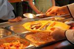 إقالة مسؤولة بريطانية أطعمت 1400 طالب مسلم