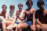 خمسة أصدقاء يلتقطون نفس الصورة على مدى 30 عاما