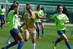 فتاة تركية تتلقى تدريبات كرة القدم