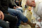 البابا يغسل أقدام السجناء في خميس العهد