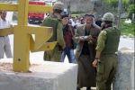 الاحتلال يعتقل مواطنين ويكثف حواجزه العسكرية في محافظة الخليل