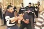 بالفيديو ... مصريون ياكلون دجاجا حيا في احد الاعراس يثير ضجة