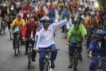 بالفيديو.. الرئيس الفنزويلي يسقط عن دراجته أمام الملأ