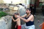 أردني ينظِّف أولاده بمقر حكومي احتجاجاً على انقطاع المياه