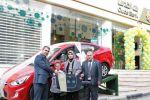 بنك القدس يسلم الفائز لدى فرع قلقيلية سيارة هيونداي اكسنت 2014