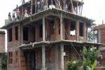 مصري يبني منزلاً بعرض الشارع ويغلقه تحت تهديد السلاح