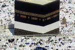 السعودية: رفع كسوة الكعبة 3 أمتار منعا للعبث بها