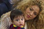 شاكيرا وابنها ميلان يتابعان إحدى مباريات بيكيه