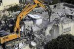 جرافة الاحتلال تهدم منزلا جنوب الخليل