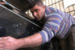 كفيف فلسطيني يبرع في تصليح السيارات