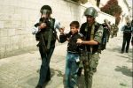مستوطنون يعتدون على فتى في طريقه للمدرسة بالقدس