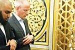 الهولندي المسيء للنبي يعتنق الإسلام ويبكي عند قبر الرسول