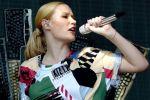 المغنية إيغي أزيليا تقول إنها غاضبة 'وتشعر بالانتهاك' لتسريب صور تظهرها عارية الصدر