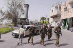الاحتلال يعتقل 4 مواطنين ويكثف حواجزه العسكرية في الخليل
