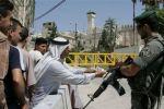 الاحتلال يعتقل شابا على مدخل الحرم الإبراهيمي ويفتش منازل في اذنا بالخليل