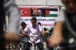 أردوغان يعايد أيتام غزّة بدرَّاجات هوائية - صور
