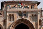 100 ألف يدخلون الأقصى والاحتلال يغلق باب حطة ويقمع المصلين