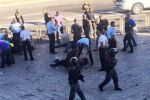 اصابة شاب بعد طعنه شرطيين اسرائيليين بالقدس