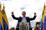 زعيم المعارضة في فنزويلا يعلن نفسه رئيسا وواشنطن تعترف