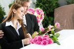 امرأة تحول عزاء زوجها لأجواء فرح وترفض العدة!