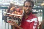 شاهد.. مأساة أفضل لاعب مصري بمونديال إيطاليا يبيع فاكهة