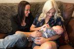 شاهد تجربة فريدة من نوعها.. امرأتان 'تحملان وتنجبان' طفلا واحدا!