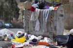 سيدتان اردنيتان تعتاشان من جمع الخبز من الحاويات ...فيديو