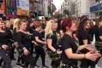 نساء تركيات تحتفلن في شوارع أزمير على أغنية بشرة خير – بالفيديو