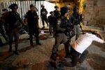 فيديو: الاحتلال يهاجم و يقمع المصلين في باب الاسباط و يواصل عزل المقاصد