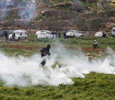 الاحتلال يقمع مسيرة ومستوطنون يطلقون الرصاص تجاه الصحفيين في المغير