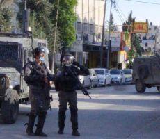 خلال اقتحام مخيم قلنديا.. اصابة مواطنيّن أحدهما خطيرة.. واصابة جندي اسرائيلي بحجر في وجهه