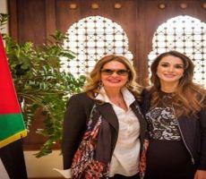 """عاصفة من الجدل: يسرا التي لم تنجب الأم المثالية و""""عمدة"""" عمان في أحضانها"""
