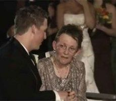 شاهد.. ماذا فعل شاب لأمه المُقعَدة في زفافه