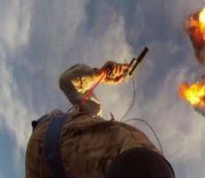 بالفيديو.. مغامر يطلق النار على مظلته فتحترق ليهوي في سقوط حر