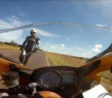 حية تهاجم قائد دراجة نارية منطلقاً بسرعة 264 كم