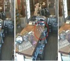 فيديو غريب.. إناء زجاجي يتحرك ويسقط على الأرض مهشماً