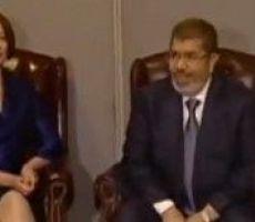 فيديو:العدسات تلاحق مرسى: القناة العاشرة الأسترالية تعرض لقطات للرئيس وهو يضبط ملابسه خلال لقاء جيلارد