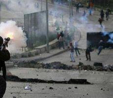 عشرات الإصابات بالاختناق خلال مواجهات مع الاحتلال في بلدة العيزرية