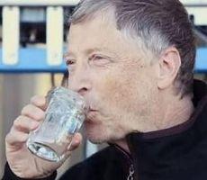 شاهد بالفيديو.. أثرى أثرياء العالم يشرب ماءً مصفى من فضلات البشر!