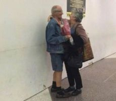 صور: عجوزان يحتفلان بعيد الحب على طريقتهما