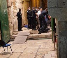قوات الاحتلال تعتقل والدة الشهيد أشرف هلسة واثنين من أشقائه الذي استشهد امس قرب باب حطة(أحد ابواب الاقصى)
