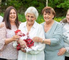متقاعدة اسكتلندية تصبح جدة لأبنة حفيدة حفيدتها وهي في عمر 86 عاماً