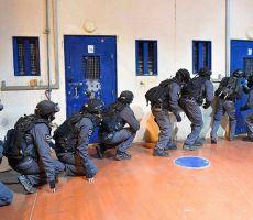نادي الأسير ينشر أسماء (56) أسيراً ممن تعرّضوا للاعتداء عليهم في معتقل 'عوفر'