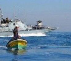 زوارق الاحتلال تستهدف مراكب الصيادين بغزة