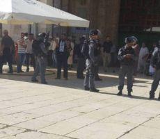 بالأحذية: المصلون يتصدون لشرطة الاحتلال في الأقصى